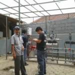 Pak Sugiono dan beberapa siswa berlatar belakang miniplant